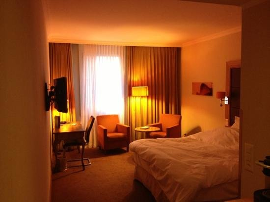 Hotel Continental Zurich - MGallery by Sofitel: Bed and desk