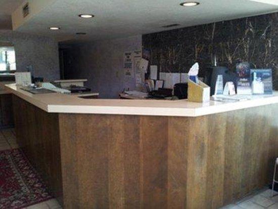 Regency Inn: Front Desk