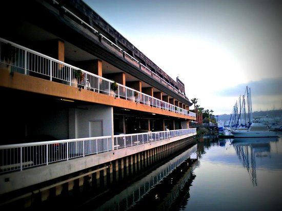 Bay Club Hotel & Marina: Exterior of hotel facing marina