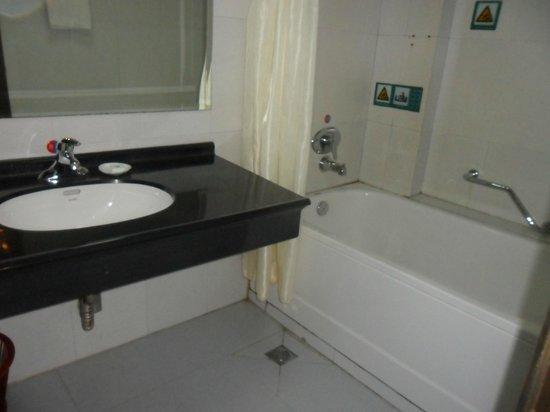 Paiyunlou Hotel: basic bathroom