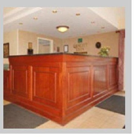 All Seasons Inn & Suites: Front Desk