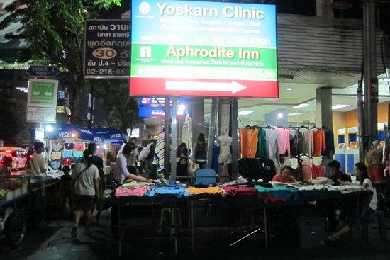 Aphrodite Inn Bangkok: Lots of stalls right outside the hotel