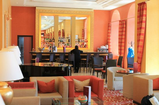 Hilton Imperial Dubrovnik : The main floor lounge and bar