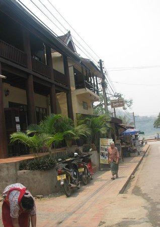 Mekong Moon Inn: New building near main stree