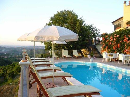 Locanda San Giorgio: La piscina con vista sulle Langhe