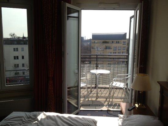 Ramada Plaza Berlin City Centre Hotel & Suites : Zimmer Business class - Blick zum Balkon