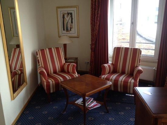 Ramada Plaza Berlin City Centre Hotel & Suites : Zimmer Business class - Sitzecke
