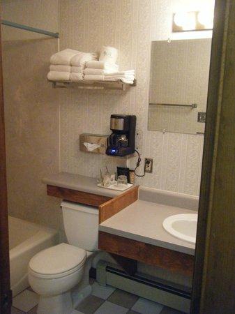 Monterey Motel: Bathroom 11