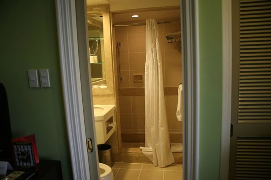 Quest Hotel and Conference Center Clark: Room Bathroom - Very functional