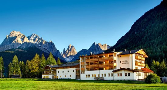 Hotel Monika: Summer landscape with beautiful mountains
