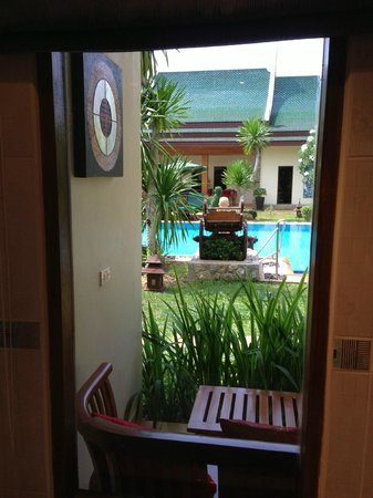 Baan Malinee Bed and Breakfast: View from Room to swimming pool
