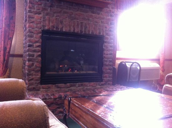 Best Western Plus Oakbrook Inn : Breakfast by the fireplace