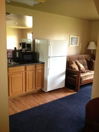 Home Place Inn: Corner Kitchenette Suite King Bed with New Futon #228