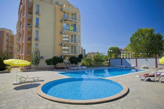 Palm Court Apartments: бассейны