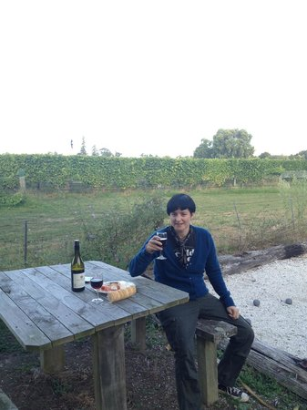 St Leonards Vineyard Cottages: Enjoying a pre dinner nibble