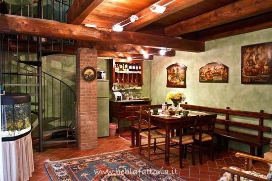 sala soggiorno con zona colazione , arredato in stile rustico ...