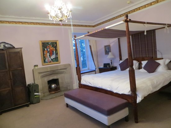 Tigh Na Leigh: The four-poster room and its pretty window seat