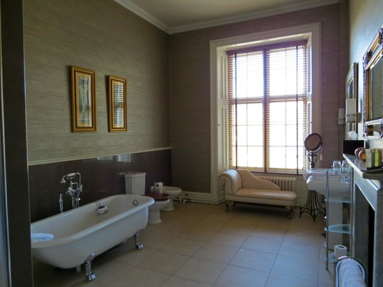 Mar Hall Golf & Spa Resort: A part view of the large bathroom in Room 15