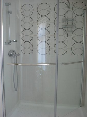 Rowland House: No 1 en suite shower