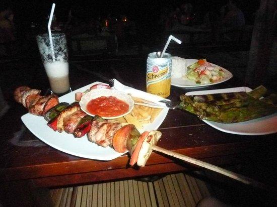 Zipp Bar Restaurant & Bungalows: brochette BBQ et poisson dans feuilles de bananier miam