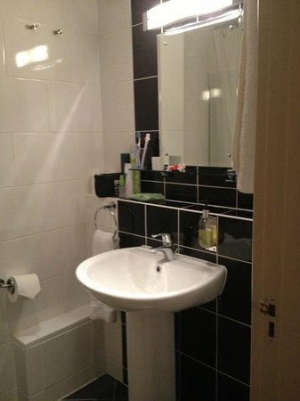 The Crown Hotel: Bathroom Clean