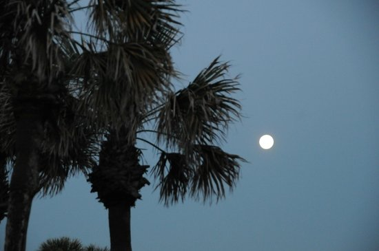 Ponte Vedra Inn & Club: moon is still out while sun is rising