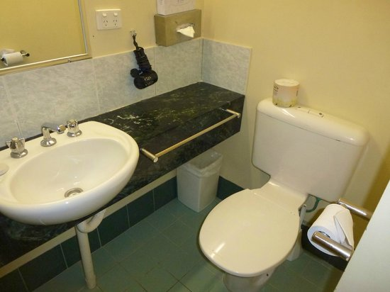 Criterion Hotel Perth : Ensuite vanity and toilet