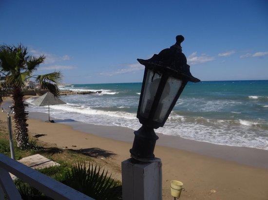 LA Hotel & Resort: Kaputte Lampen an der Strandbar