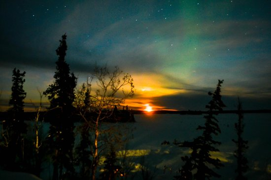 Blachford Lake Lodge: Full Moon rise with the Aurora