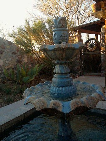 Casa de Suenos Country Inn: Fountain in inner courtyard