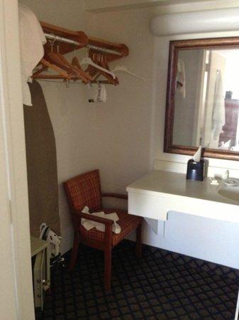 Best Western On The Bay Inn & Marina: Shared closet with bathroom