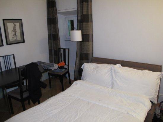 Hotel Moses Fountain: Sala de jantar com sofá cama