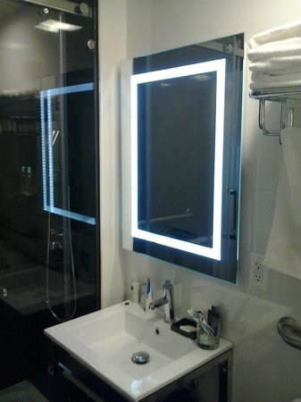 Hotel BPM Brooklyn: mirror and shower