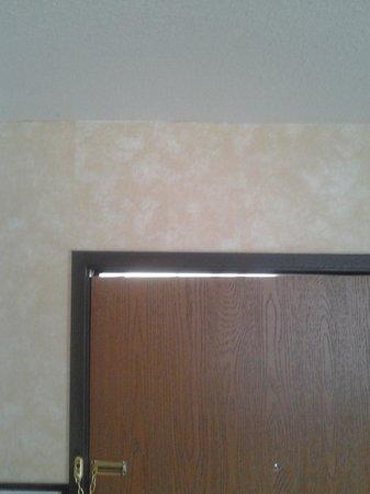 Econo Lodge: Crooked door.