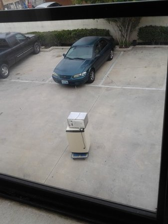 Econo Lodge: Mico and refridgerator that sat out all  night!