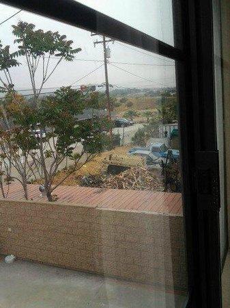 Econo Lodge: Bad view. Junkyard next door.