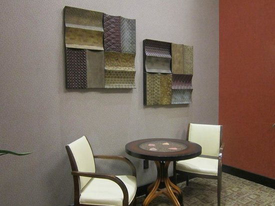 Hampton Inn and Suites Roseville : sitting area...nice