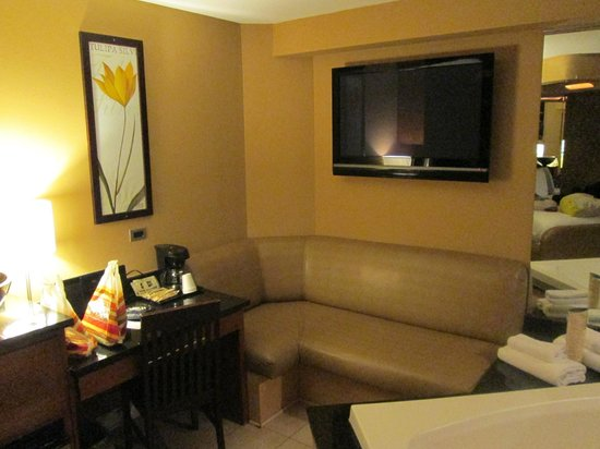 Champagne Lodge and Luxury Suites: lounge area on the side of