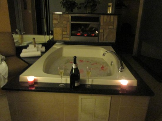 Champagne Lodge and Luxury Suites: hot tub