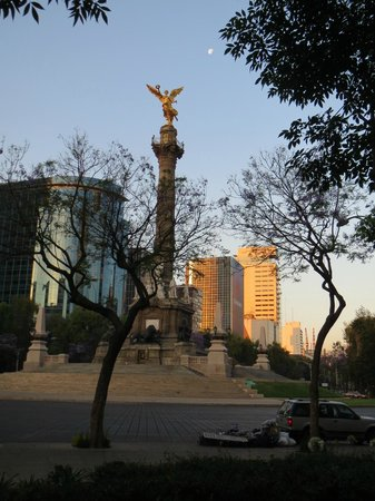 Sheraton Mexico City Maria Isabel Hotel: View of The Angel from in front of Maria Isabel