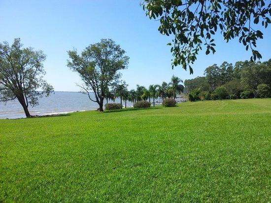 Puerto Valle - Hotel de Esteros: Parque que da al Rio Paraná.