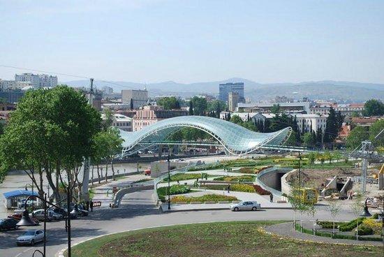 Hotel GTM Kapan: uitzicht vanaf het dakterras op de nieuwe brug en oud Tbilisi