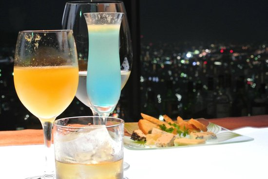 ANA Crowne Plaza Kobe: Our drinks and the cheese platter
