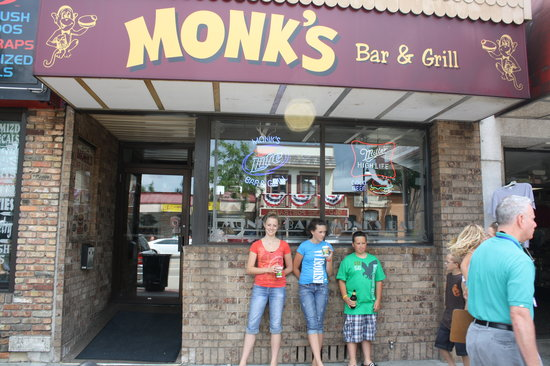 Monk's Bar & Grill: Fun place & Good food to boot!