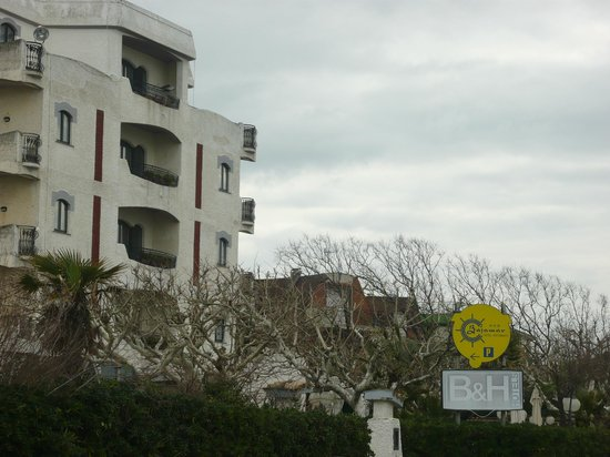 Bajamar Beach Hotel: esterno dalla strada