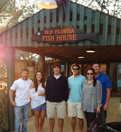 Old Florida Fish House & Bar: Entrance of restaurant's long covered walkway