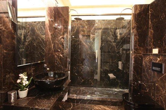 Ronchi, Italia: The Suite's bathroom is made of Carrara's marble!
