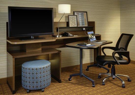 Fairfield Inn & Suites Milwaukee Downtown: Guest Room Workspace