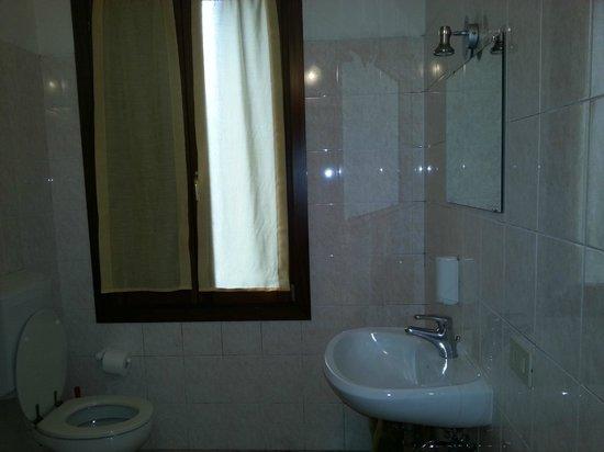 Hotel Belvedere: PRIVATE BATHROOM