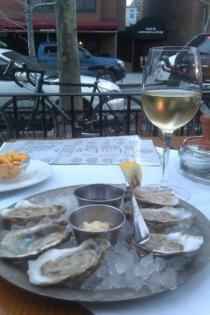 Hank's Oyster Bar : Oysters on the Patio